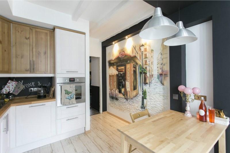 Skandināvu stila virtuve ar krāsotu sienu