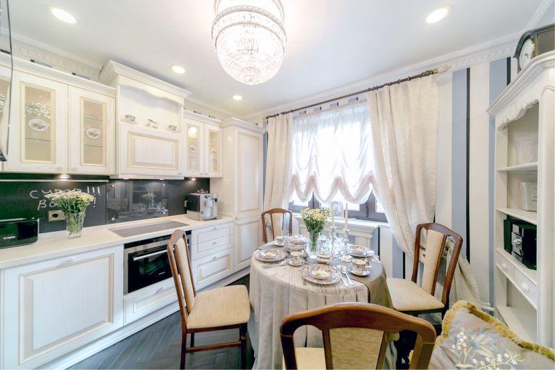 Nelielas virtuves-ēdamistabas dizains ar šīfera priekšautu
