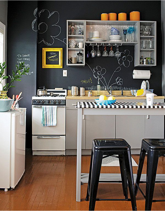 Moderns virtuves dizains ar krīta sienām