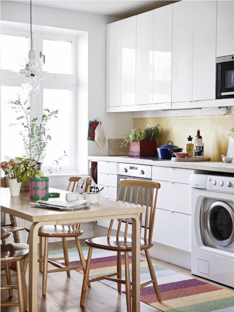 Блестяща бяла кухня в скандинавски стил