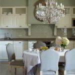 Интериорът на кухнята-трапезария в класически стил.