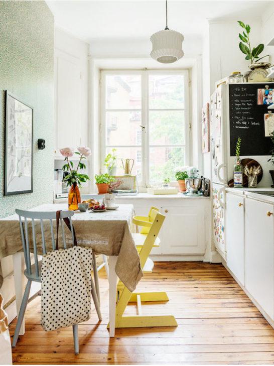 Кухня със зелен тапет