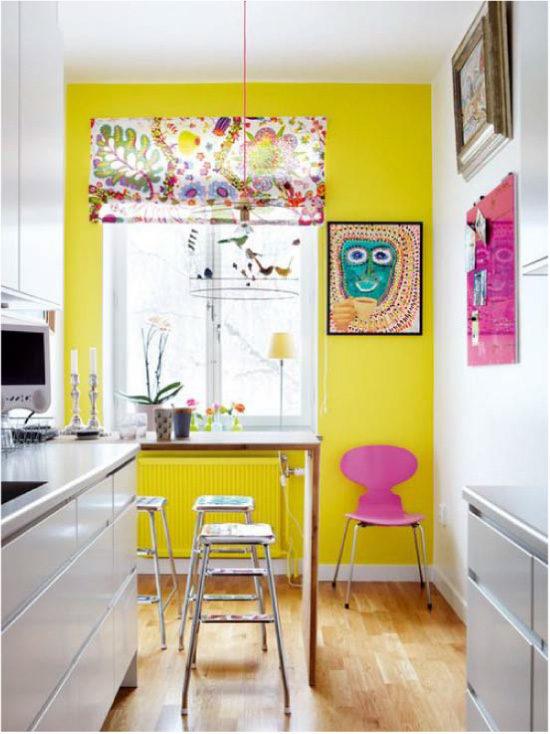 Жълта стенна кухня