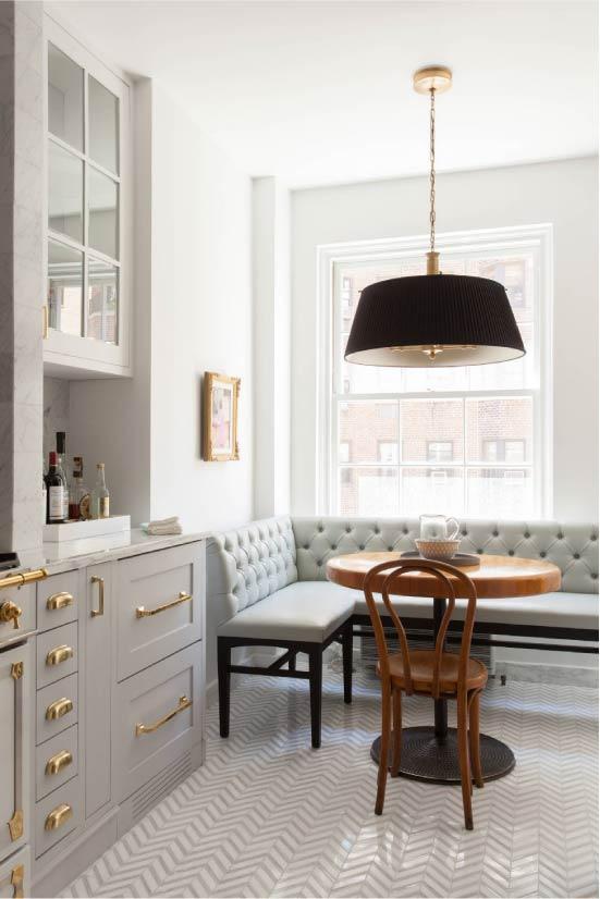 Misiņa detaļas virtuves-ēdamistabas interjerā