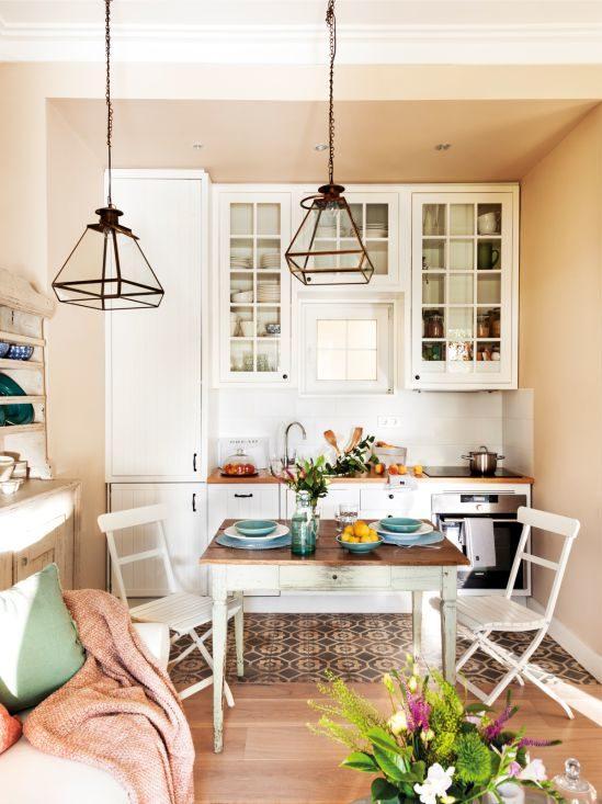 Krāsainas flīzes uz virtuves grīdas