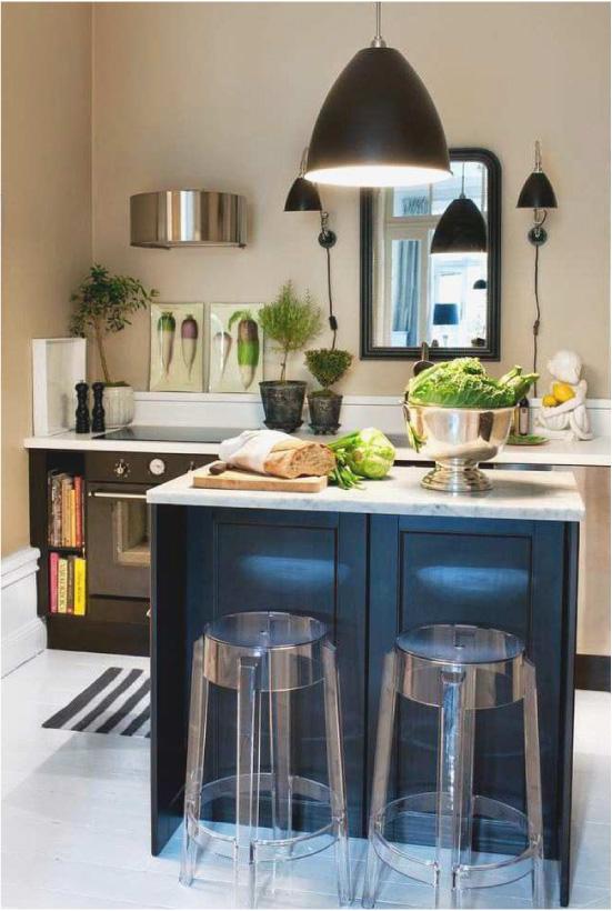 Caurspīdīgas bāra krēsli mūsdienu virtuves interjerā