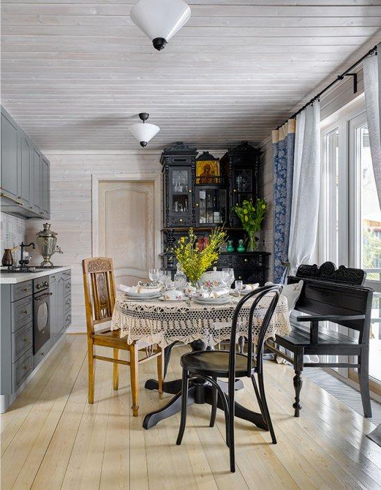 Pelēks komplekts lauku virtuves interjerā