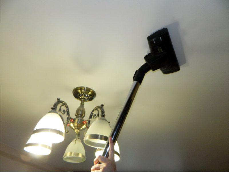 Καθαρίστε την οροφή με μια ηλεκτρική σκούπα