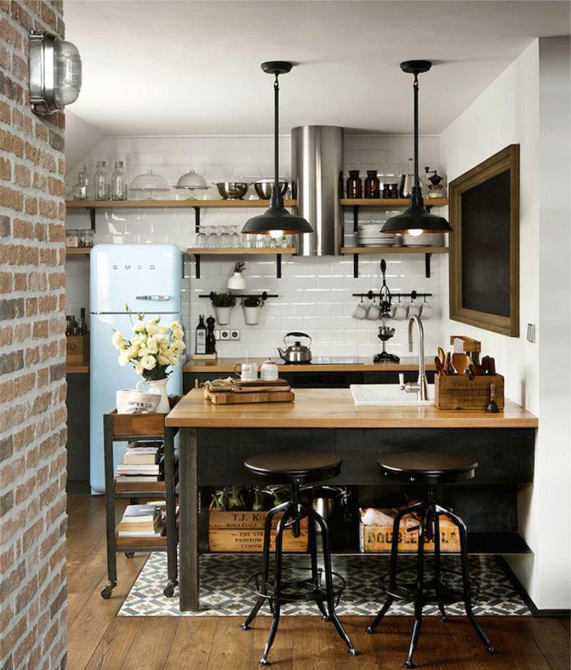 Egy kis tetőtéri stílusú konyha belseje