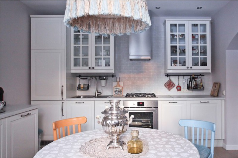 Interiøret i det tradisjonelle kjøkkenet med skinner