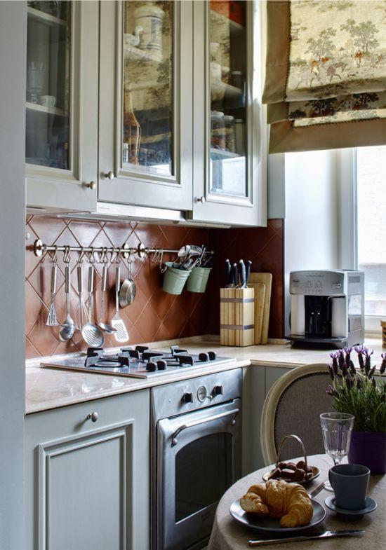 Rails i interiøret i et klassisk kjøkken