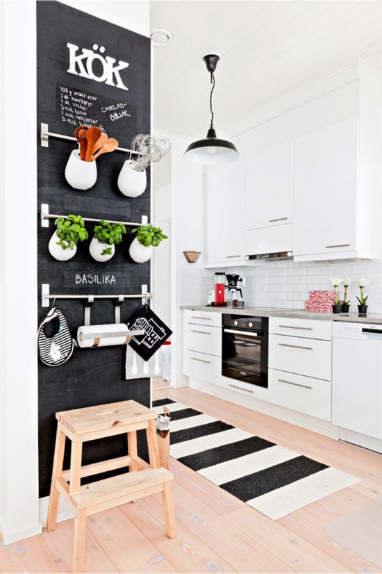 Vegg med skinner på kjøkkenet i skandinavisk stil