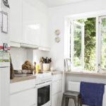 Λευκή γυαλιστερή κουζίνα χωρίς λαβές