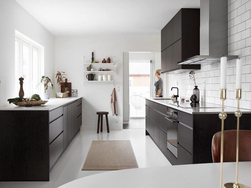 Μαύρη κουζίνα χωρίς λαβές