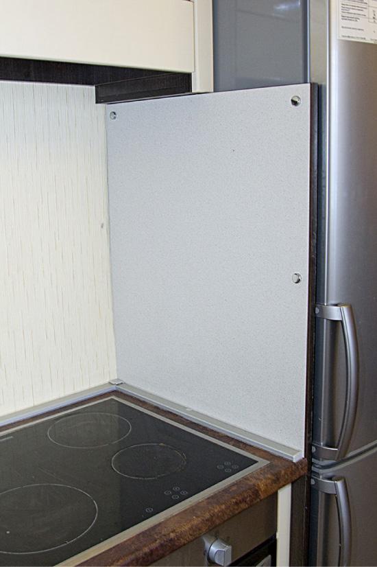 A tela entre o fogão e a geladeira