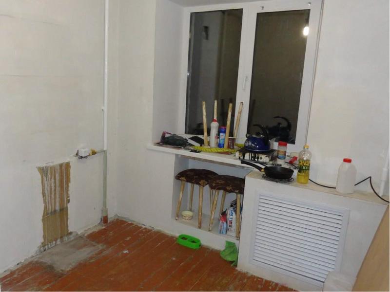 En gipsplankasse for et batteri på kjøkkenet under reparasjon