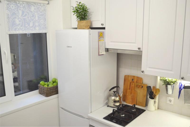 Cozinha 4m² com geladeira e mini fogão
