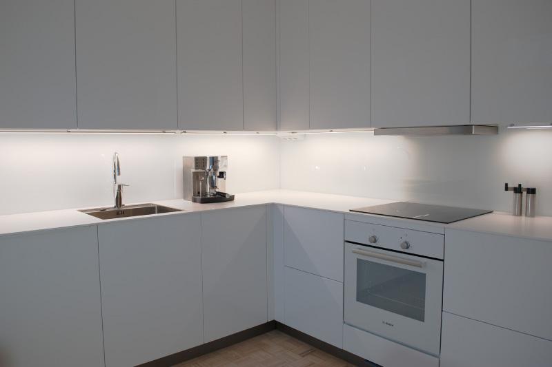 Κουζίνα χωρίς λαβές με μηχανισμούς ώθησης