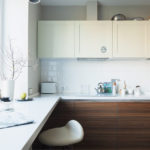 Nhà bếp với mặt tiền bằng gỗ
