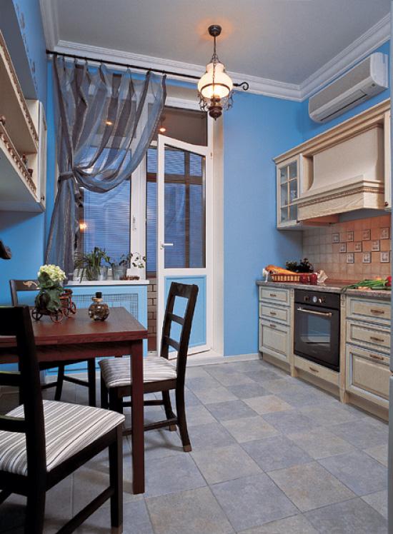 Keittiö, jossa on suljettu akku ja taittuva näyttö