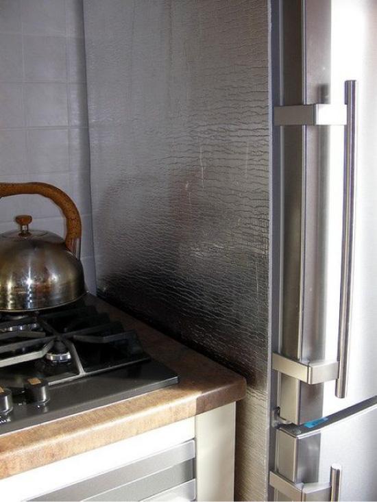 Isolamento térmico da geladeira ao lado do fogão