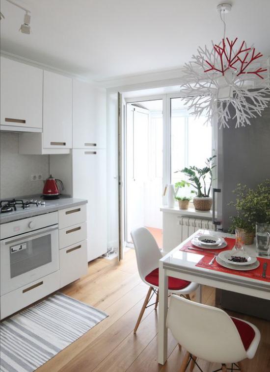 Refrigerador embutido ao lado do fogão a gás a uma distância de 40 cm