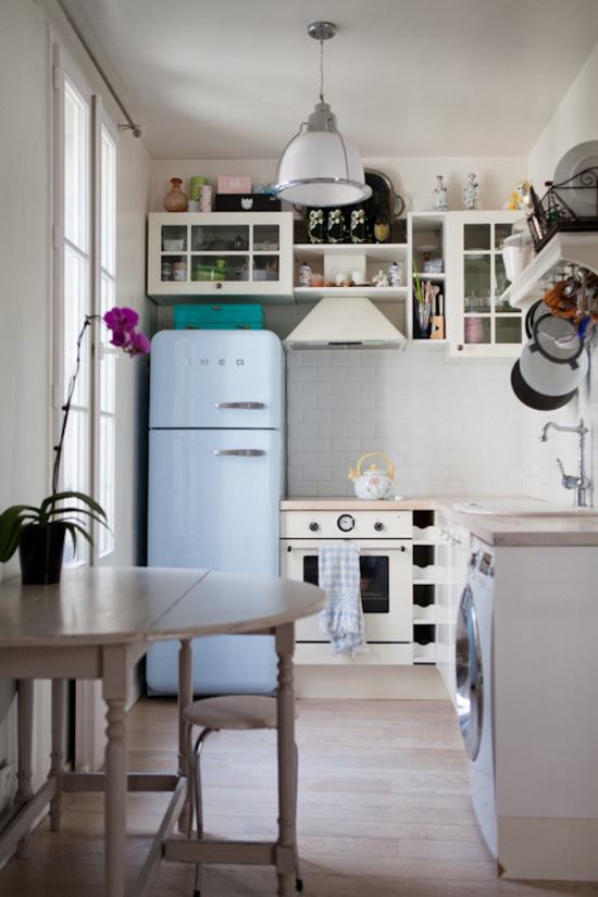 Geladeira perto do fogão
