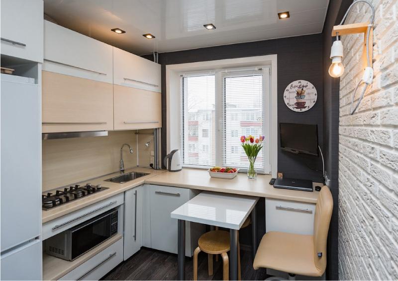 A geladeira na caixa ao lado do fogão a gás