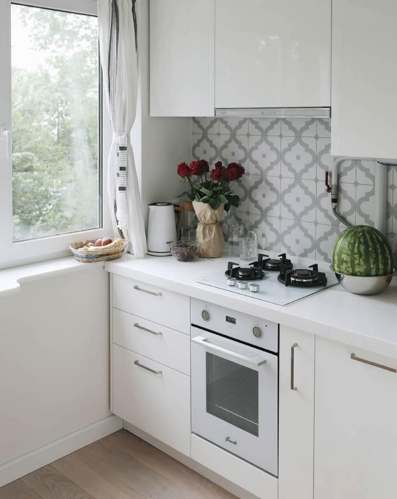 Bijela kuhinja s bijelom radnom površinom