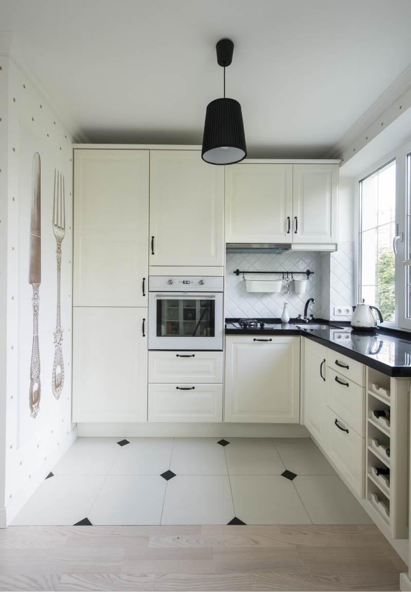 Bijela kuhinja s crnom radnom površinom