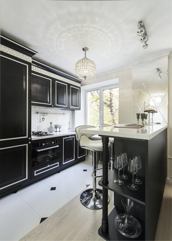 Crna kuhinja s bijelom radnom površinom