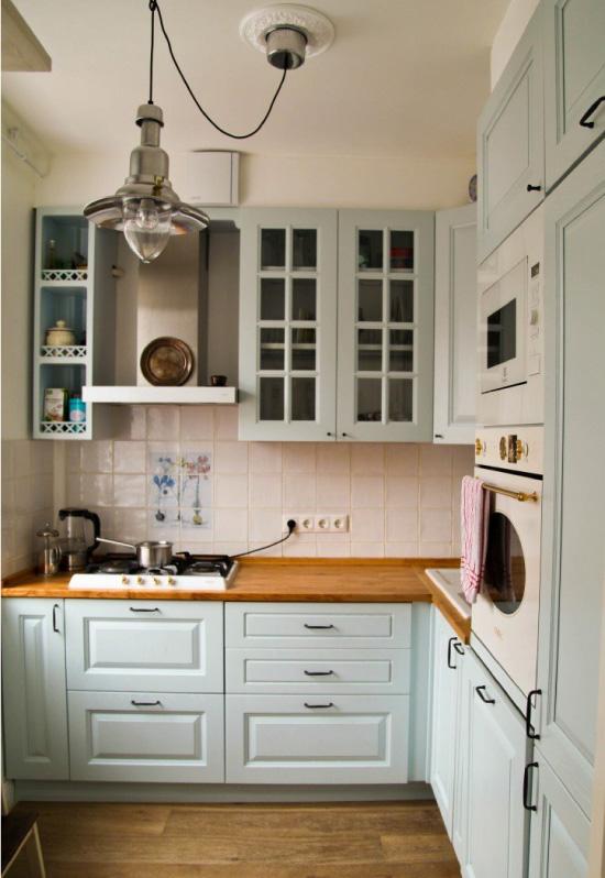 Plava kuhinja s drvenim radnim stolom