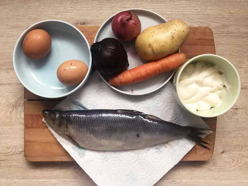 Bir kürk manto altında ringa balığı için malzemeler