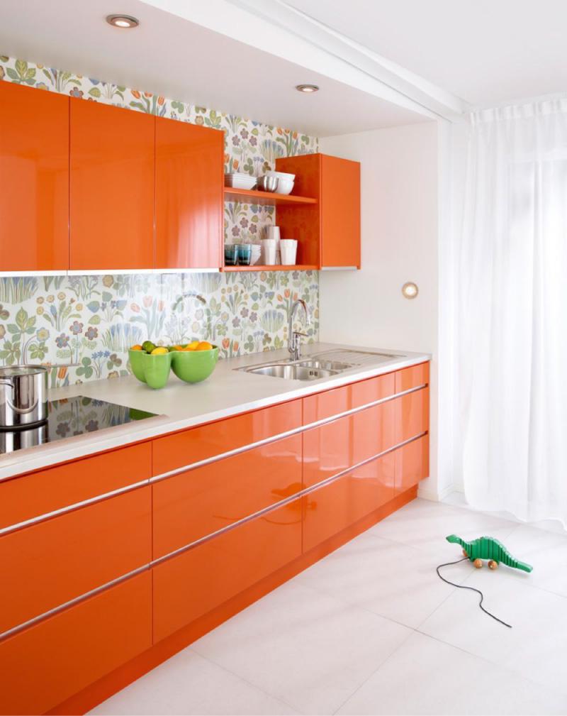 Narančasta kuhinja s bijelim stolovima