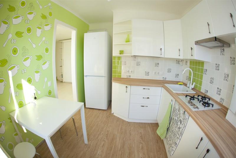 Pod i stolna ploča iste boje u unutrašnjosti male kuhinje u Hruščovu