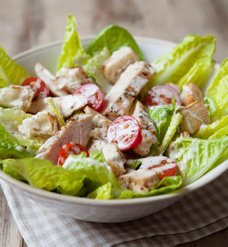 Salată de Caesar cu roșii de pui și cireș