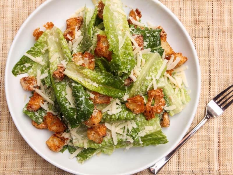 Salata de Caesar pe o farfurie mare