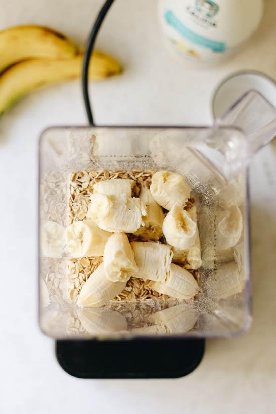Se amestecă pentru pancake de banane într-un blender