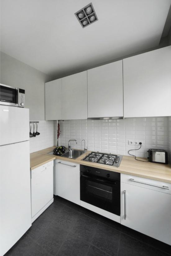 Plafond tendu mat à l'intérieur d'une petite cuisine