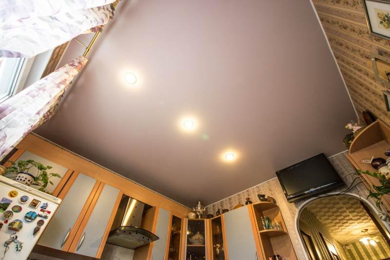 Plafond de satin dans la cuisine