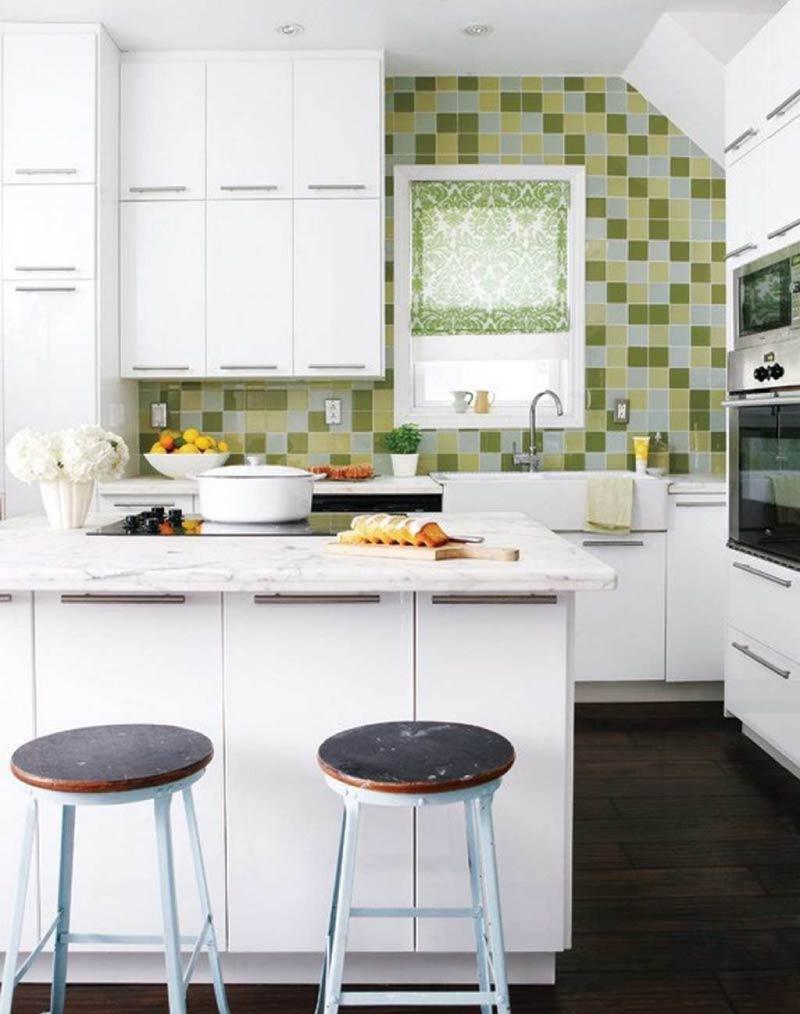 Weiße Küche mit olivfarbenen Akzenten