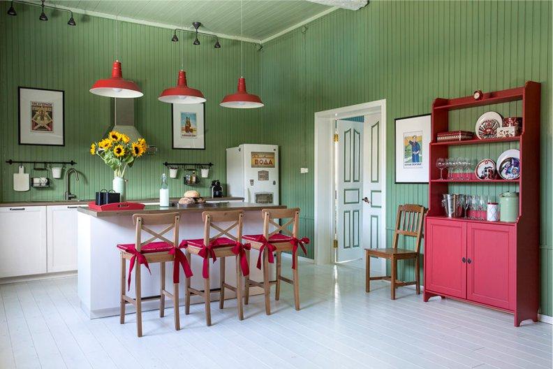 Country kuchyňa v červeno-olivovom meradle