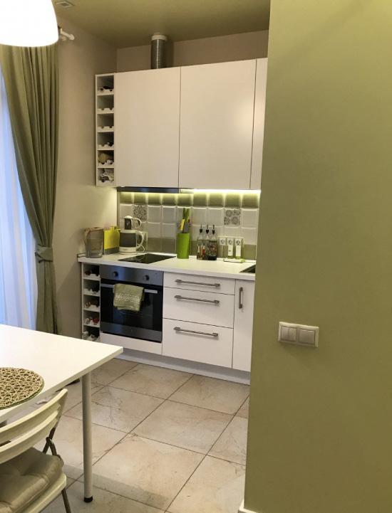 Malá kuchyňa s olivovými stenami