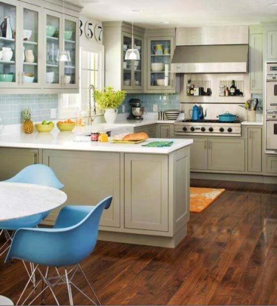 Olīvu virtuve ar ziliem akcentiem