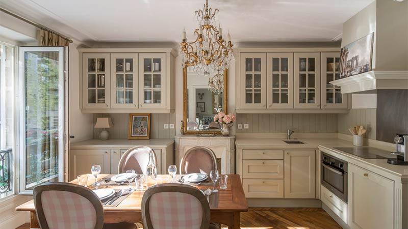 Olīvu virtuve ar zelta akcentiem