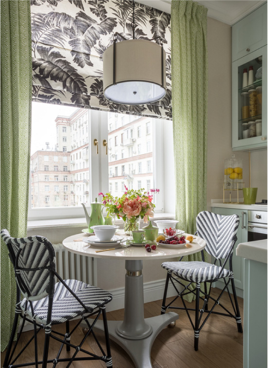 Olivgrüne Vorhänge und Dekor im Inneren der Küche