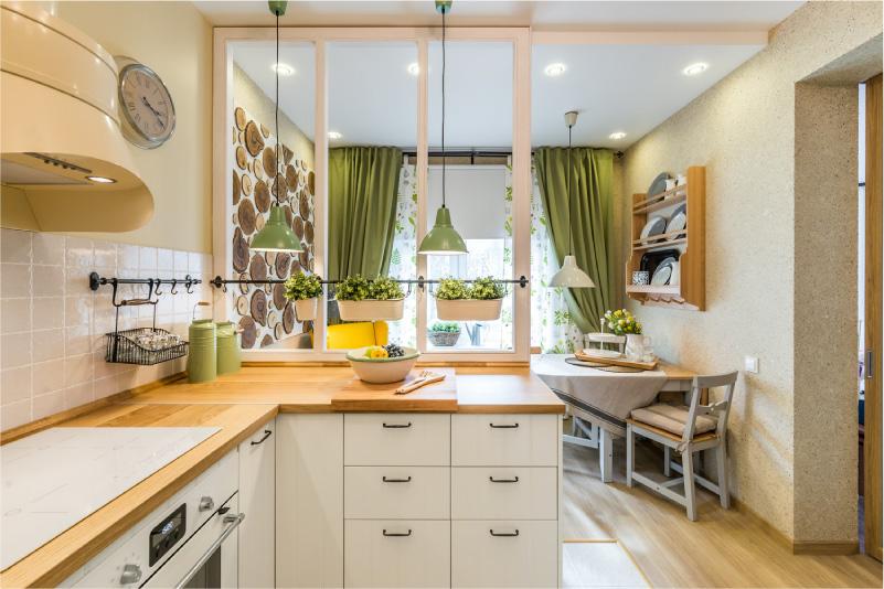 Olivgrüne Vorhänge im Kücheninnenraum