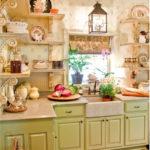 Zaļā virtuve un bēša tapetes