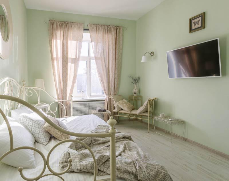 Yatak odasının iç kısmındaki zemin renginde plastik süpürgelikler