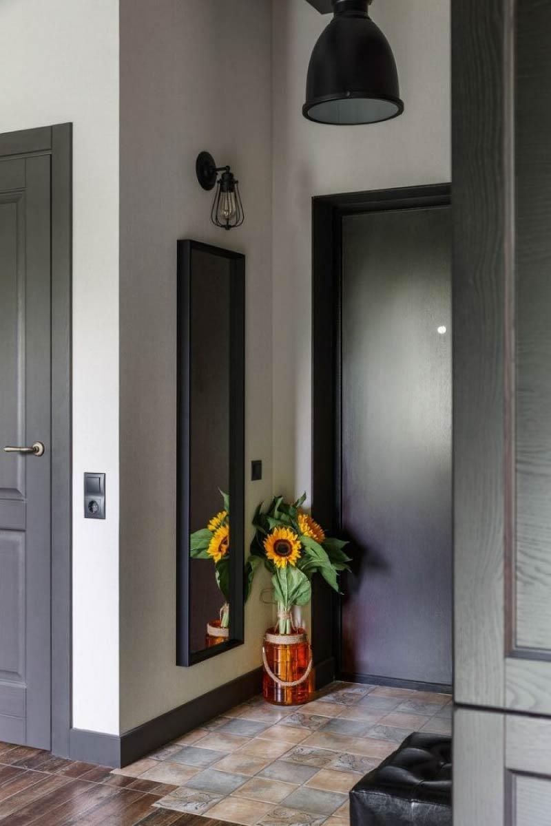 Koridordaki kapıların rengindeki süpürgelikler